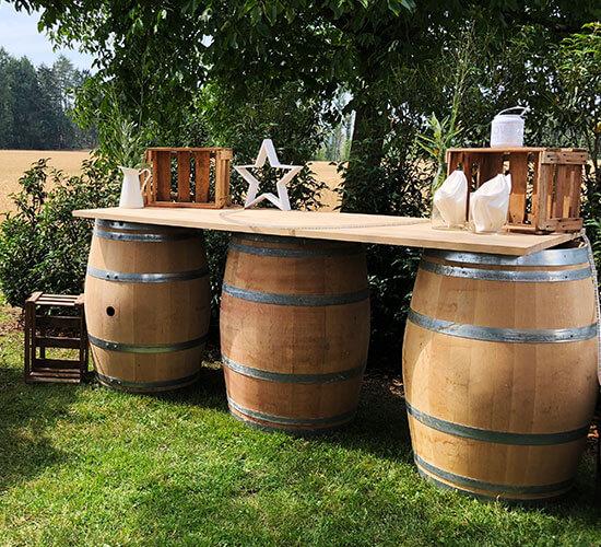 Buffet Tisch aus gebrauchten Weinfässern