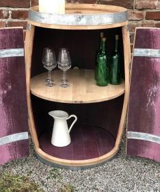 Weinfassbar mit großen Türen